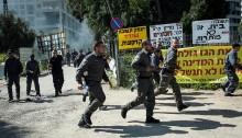 Israeli police officers during the evacuation of the Givat Amal neighborhood in north Tel Aviv (Photo: Activestills)