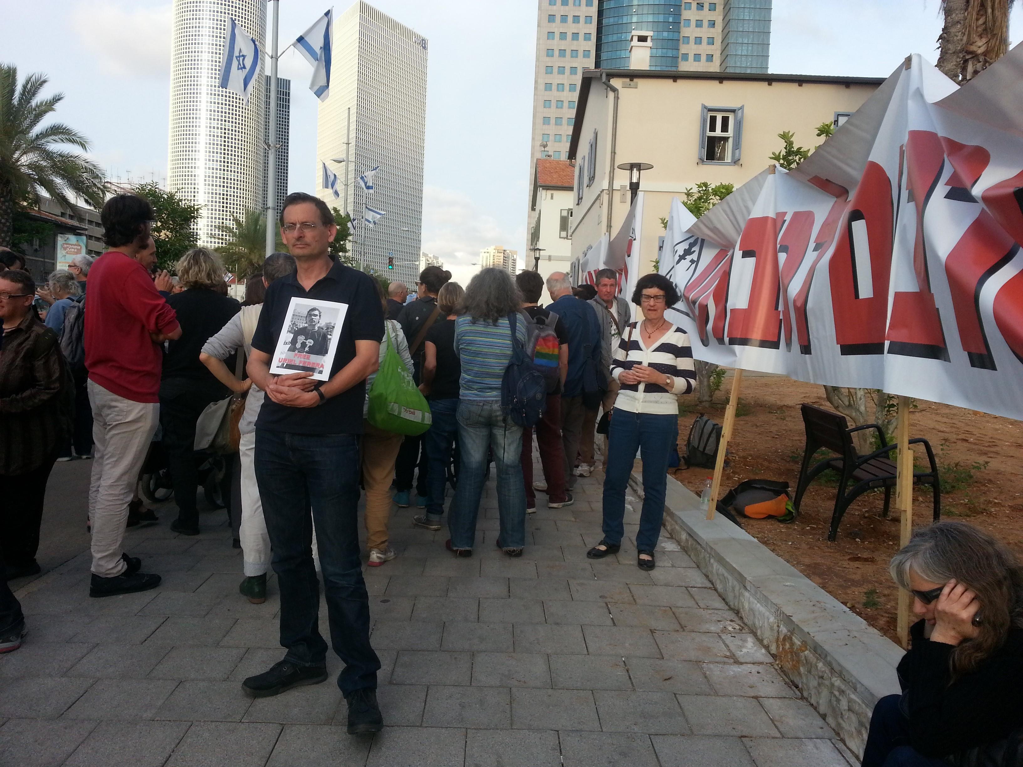 MK Khenin and former MK Gozansky during the demonstration in front of the Defense Ministry in Tel-Aviv, last Thursday (Photo: Eli Gozansky)