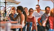 Nargileh smokers in a Tel-Aviv beach (Photo: Al Ittihad)