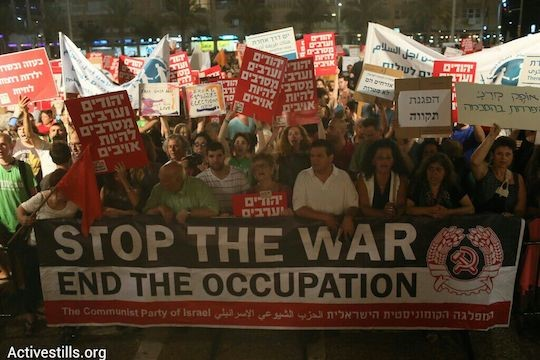 Thousands protest the Gaza war in Tel Aviv, July 26, 2014. (Photo: Activestills)