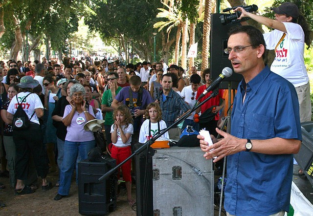 Dov Khenin during a meeting in Tel-Aviv at the end of his municipal campaign in 2008 (Photo: Moran Beth Halachmi)