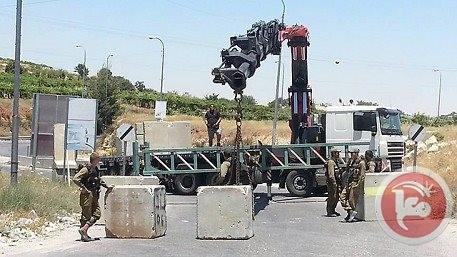 Israeli forces block main entrance of Abud near Ramallah (Photo: Ma'an)