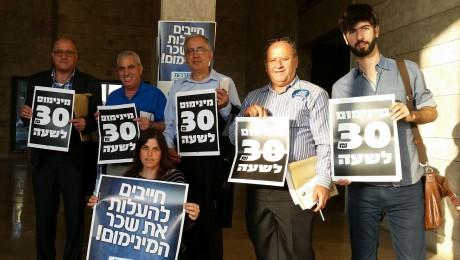 Hadash fraction members at the Histadrut headquarters in Tel-Aviv on Tuesday demanding to raise the minimum wage (Photo: Hadash)