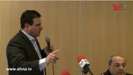 Ayman Odeh (Hadash), the number one candidate of the Hadash-Arab parties list, speaks during Friday's news conference. To the right, MK Ahmad Tibi.