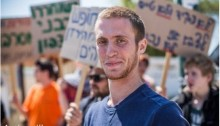 Yaron Kaplan and dozens of others who have refused service demonstrated in front of the army induction center in Tel Hashomer on last Monday, April 6, to protest the detention of several others, including Yehiel Nahmani and Effi Dershner, who are in prison, and Ido Ramon, who has been sent to prison for a second time.