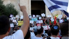 """Racist right-wing settlers confront left-wing Israeli demonstrators, among them Hadash and communists activists, on """"Jerusalem Day,"""" in that city on May 17, 2015."""