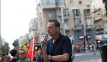 Hadash MK Dov Khenin (Joint List) speaks to demonstrators at a rally in support of conscientious objectors; central Tel Aviv, March 24, 2016.
