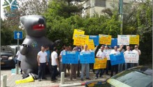 Amdocs Israel workers demonstrate outside the home of the company's CEO, Eli Gelman, in Tel-Aviv (Photo: Amdocs' Union)Amdocs Israel workers demonstrate outside the home of the company's CEO, Eli Gelman, in Tel-Aviv