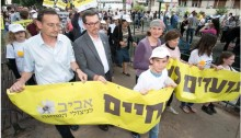 Last year's demonstration for Holocaust survivors' rights held in central Tel Aviv, April 2016. First from left: Hadash MK Dov Khenin (Photo: Holocaust Survivors Rights Organization)