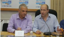 Finance Minister Moshe Kahlon and Histadrut chairperson Avi Nissenkorn at the Histadrut headquarters in Tel Aviv