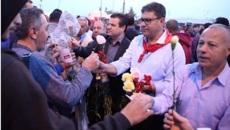 MK Odeh, center, the red-bandanaed General Secretary of the Communist Party of Israel, Adel Amer, and MK Abu-Ma'aruf, right, at Eyal Checkpoint early Thursday morning, April 27 (Photo: Zu Haderech)