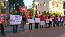 Activists from Hadash and the Communist Party of Israel demonstrate in solidarity with the hunger striking Palestinian prisoners on Wednesday evening, May 3, opposite the Ministry of Defense in Tel Aviv.