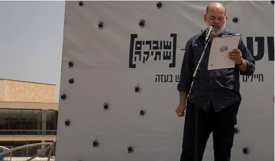 The editor of the weekly Communist newspaper Zo Haderech, Efraim Davidi, at an event against the siege of the Gaza Strip held by Breaking the Silence, Habima Square (Tel Aviv), May 28, 2018