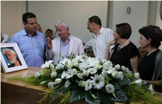 Ayman Odeh (first from left) and Dov Khenin (third from right) during the memorial service for the peace activist and journalist Uri Avnery held on Wednesday, August 22, at the headquarters of the Journalist Union in Tel Aviv