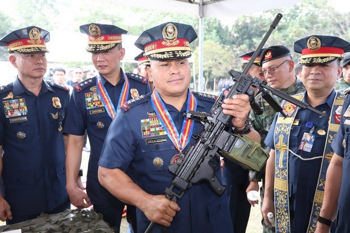 Former National Police Chief and current senator of the Philippines, Ronald dela Rosa, holding a semi-automatic assault rifle made in Israel