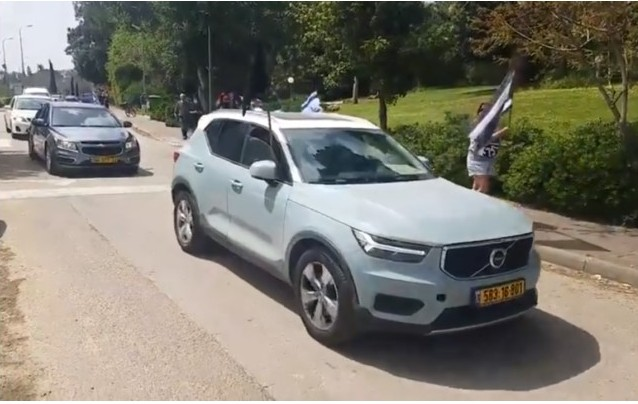 "A convoy of cars of members from the ""Black Flag"" protest movement arrives at Kibbutz Givat Haim to protest outside the home of Israeli Resilience MK Ram Shefa, March 28, 2020."