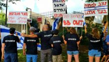 Israeli demonstrators against Netanyahu protest outside of Israel's embassy in Washington DC, August 2020.