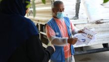 A Palestinian UNWRA worker explains in Gaza how to combat the COVID-19 virus.