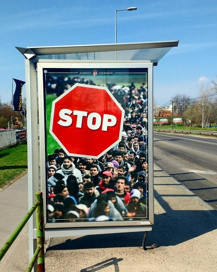 קמפיין קסנופובי מתנוסס מעל לתחנת אוטובוס בבודפשט (צילום: מוהיני מהטה)